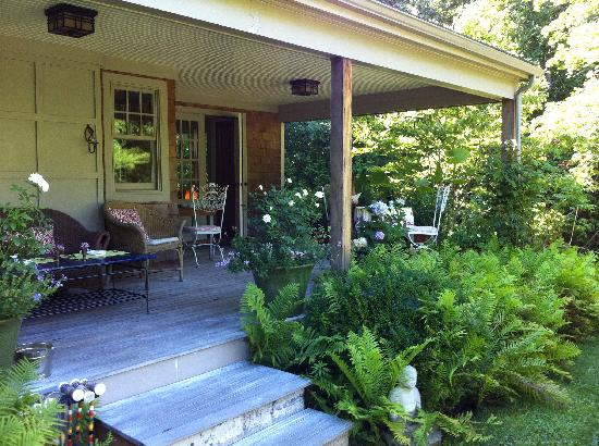 Harborwoods Guesthouse: Enjoy breakfast on the veranda