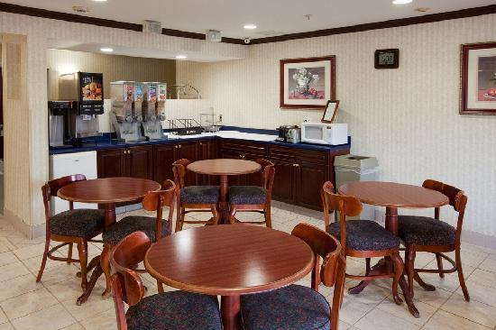 Country Hearth Inn Knightdale: Breaffast Area