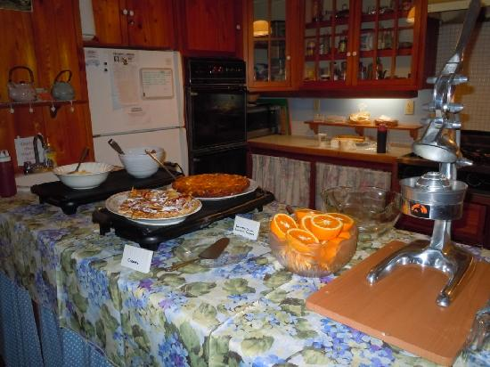 Sweetwater Branch Inn: Breakfast spread
