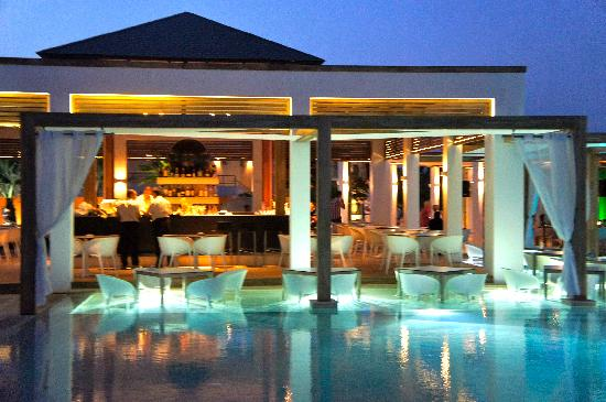 Pelagos Suites Hotel: Pool bar by night
