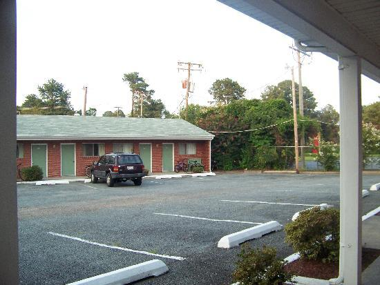 Bassett Motel: parking lot