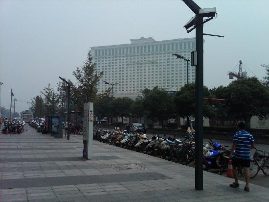 Hua Yang Plaza Hotel: Hotel front looking from shopping mall