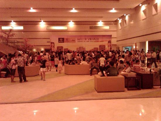 Hua Yang Plaza Hotel: Lobby (busy with event)