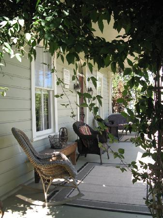 Thornton House Bed and Breakfast: Comfy Porch