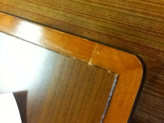 Residence Inn Chicago Schaumburg: Table edges were encrusted with dried food