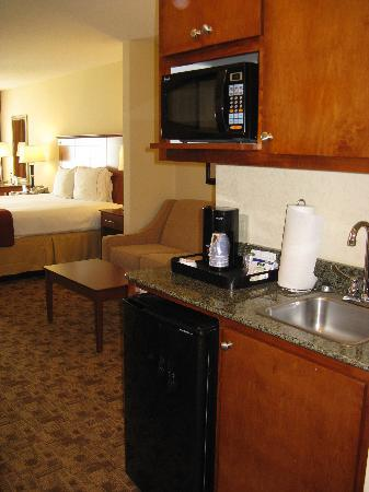 Holiday Inn Express Hotel &amp; Suites Phenix City-Fort Benning Area: Wet Bar area