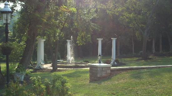 Chestnut Hill Bed & Breakfast Inn: The fountain where my boyfriend proposed!