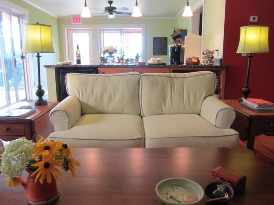 Sunapee View Bed and Breakfast: Country Chic Decor In One of The Sitting Rooms