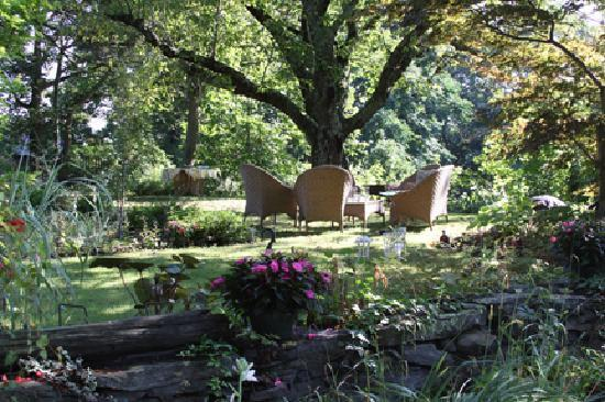 Roseledge Country Inn and Farm Shoppe: Seating around the gardens