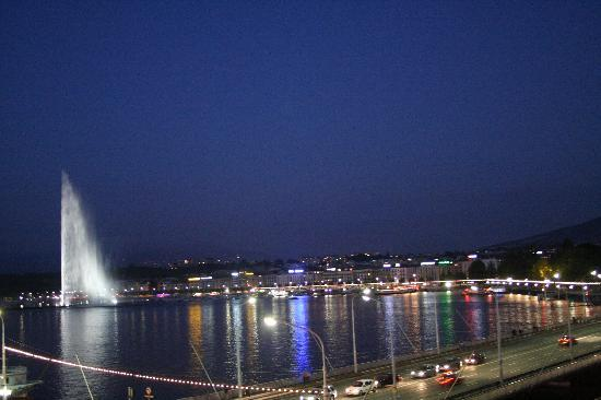 Four Seasons Hotel des Bergues Geneva: View at night