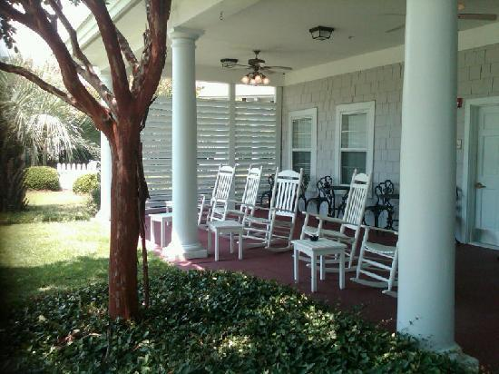 Residence Inn Wilmington Landfall: Rocking Chair porch area
