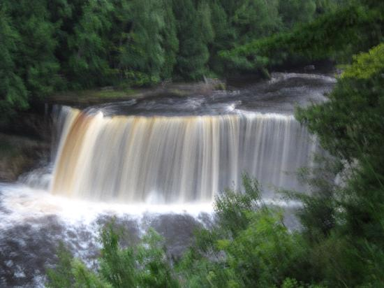 Upper falls picture of tahquamenon falls state park for Cabins near tahquamenon falls