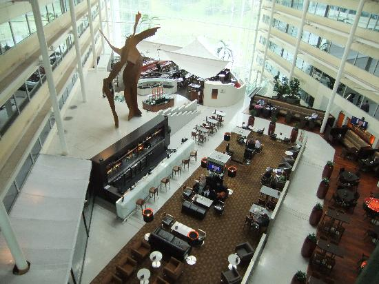 Hilton London Heathrow Airport: Bar and restaurant area