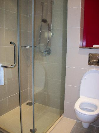 Crowne Plaza Hotel Nairobi: Separate shower cubicle
