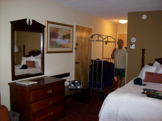 Hampton Inn &amp; Suites Pigeon Forge On The Parkway: Our room with queen size bed.