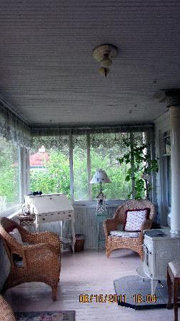 Gilded Pine Meadows Bed and Breakfast: GPM Sun Porch