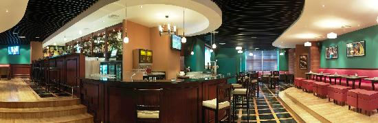 Park Regis Kris Kin Hotel: Sports bar, great drink deals and buzz