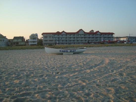Montreal Beach Resort: view of the hotel from the beach