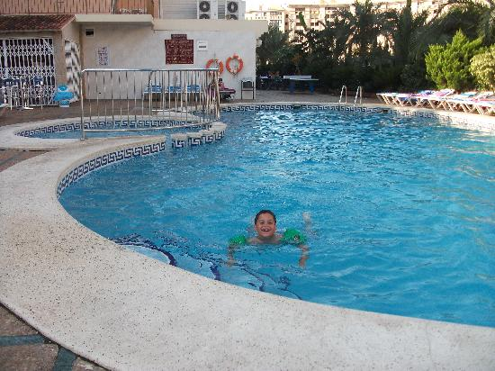 Prince Park Hotel: pool at 9am