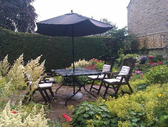Inveran Lodge: The courtyard garden
