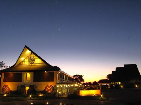 Currimao, Filipinas: the resort at night