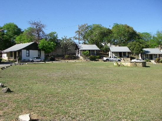 Bandera, TX: Grassy area in front of the motel