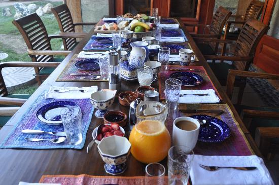 East Hampton Art House Bed and Breakfast : Beautiful table setting!