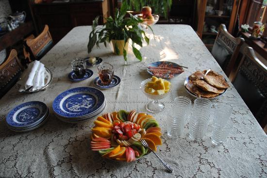 Poppy Hill Bed and Breakfast: yummy breakfast - French croissant toast, becon, fresh fruits, also orange juice & hot coffee!!