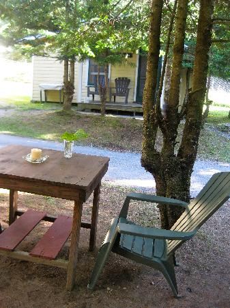 Nelson's Cottages: outside chairs/table