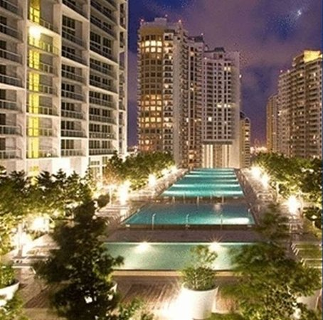 Residences at Icon Brickell - Miami by Elite City Stays: Residences at Icon Brickell - Evening at the 2 acre pool deck.