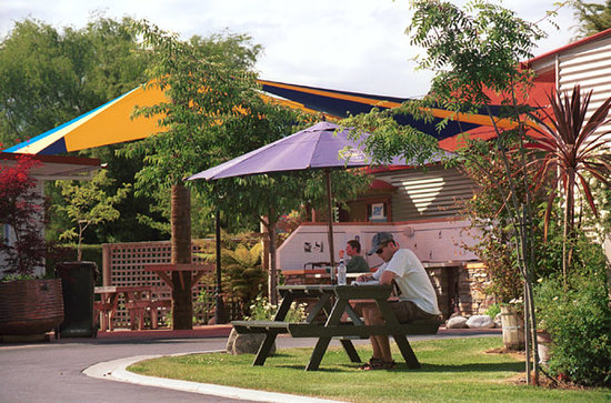 Te Anau Top 10 Holiday Park (Mountain View): Friendly park like settings