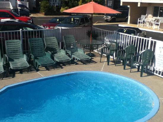 Bay Breeze Motel: Pool Side
