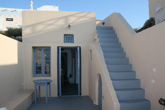 Lucky Homes - Oia: Patio of Private home and stairs to upper street level
