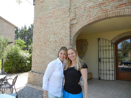 Aia Mattonata Relais: Elizabetta and my wife Amyen