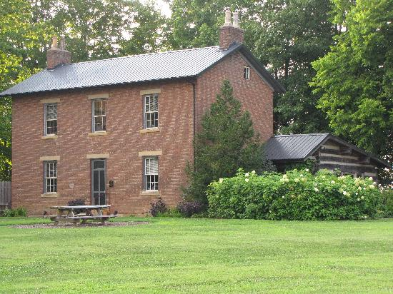 Murphin Ridge Inn: The old farm house and restaurant.