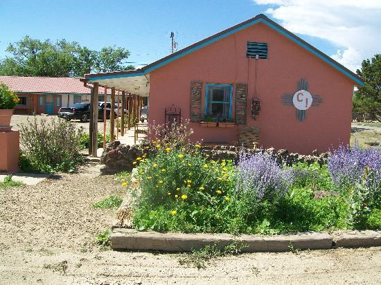 Cimarron, NM: Nice-looking inn. Gorgeous flowers where deer would come.