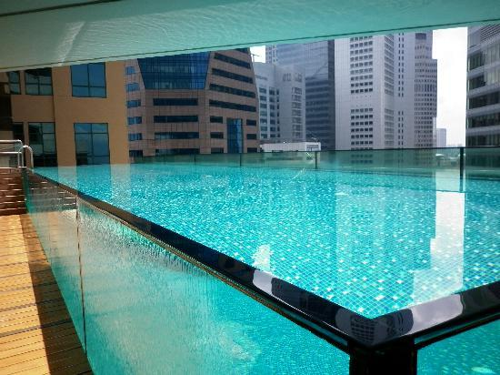 tr s jolie piscine sur le toit picture of ascott raffles place singapore singapore tripadvisor. Black Bedroom Furniture Sets. Home Design Ideas
