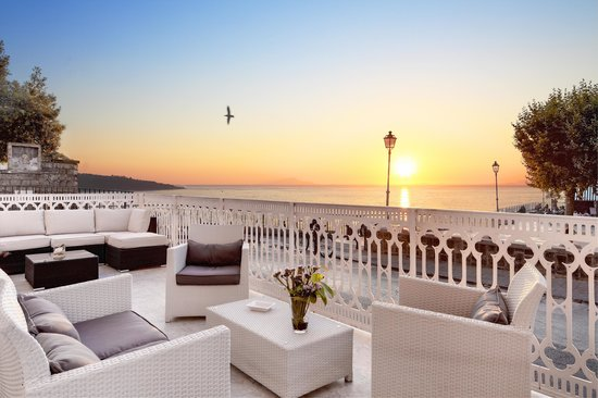 Hotel Mediterraneo Sorrento: White Lounge Terrace Sunset