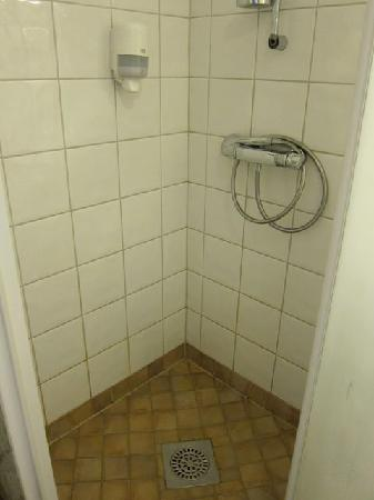 Seglarhotellet i Sandhamn AB: Clean shower, but it leaked a bit, even w/the door shut tightly.