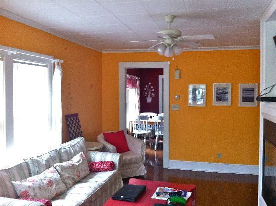 New Buffalo Inn & Spa: Living room - love the orange!