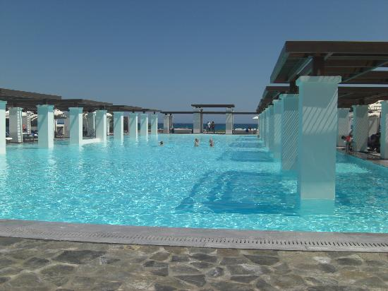 Grecotel Amirandes: Busy day at the pool!