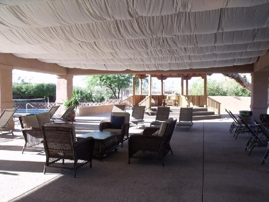 Mira Vista Resort: Covered patio in between 3 pools