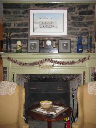 Creekside Inn: Guest sitting room Fire Place.