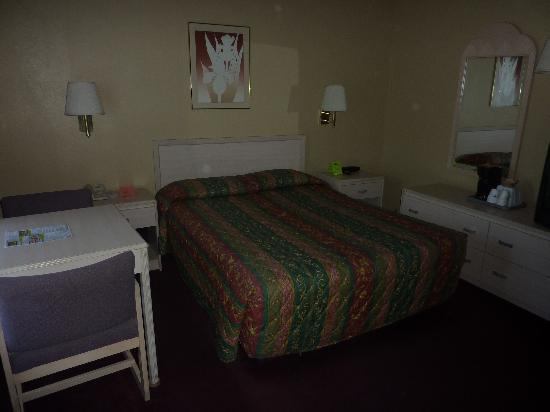 Surf City Inn & Suites: Room 120 Second Bed by the entrance