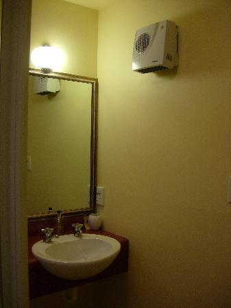 Tuscana Motor Lodge: heated bathroom