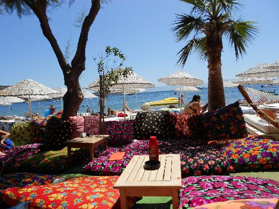 Bitez, Turkey: Bar on the beach along from the hotel. 5 minutes away
