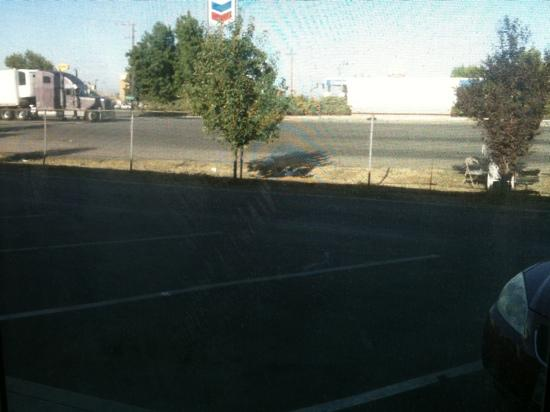 America's Best Value Inn Bakersfield: busy truck stop wash next door