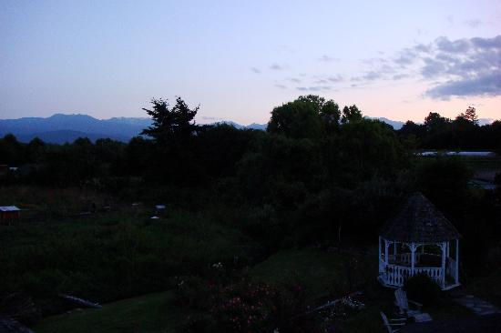 Groveland Cottage Bed & Breakfast: Dusk view from the deck of the Happy Room