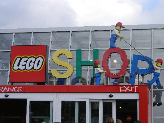 Billund, Danmark: Outside the giftshop at Legoland