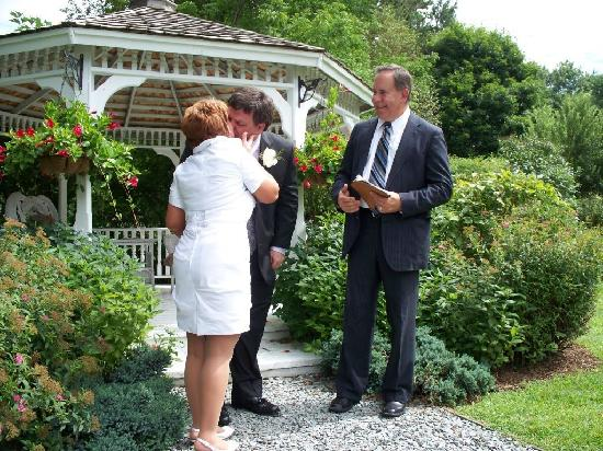 Lilac Inn: Summer wedding at the gazebo